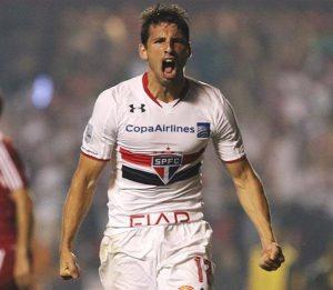 Calleri comemorando um de seus vários gols pelo São Paulo.