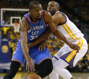 Kevin Durant jogando contra o Golden State Warriors, seu novo clube.