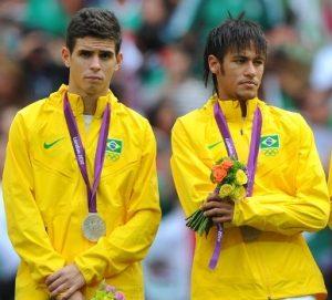 Oscar e Neymar com a medalha de prata conquistada na última olimpíada.