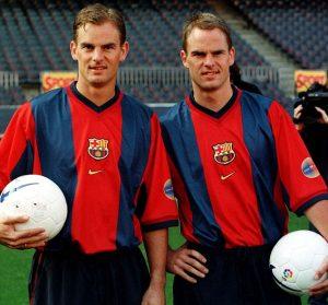 Irmãos gêmeos Frank e Ronald de Boer atuando pelo Barcelona.