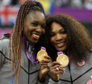 As irmãs Serena e Venus Williams com suas medalhas de ouro conquistadas em Londres 2012.