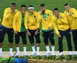 Seleção brasileira comemorando a medalha de ouro.