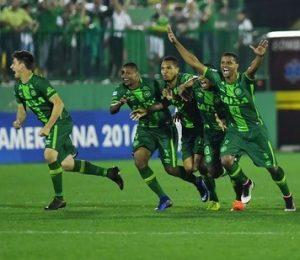 Elenco da Chapecoense comemorando a classificação.