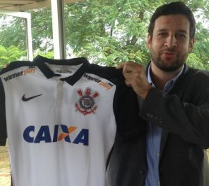 Diretor de marketing do Corinthians com a camisa que apresentava o patrocínio da Winner Play.