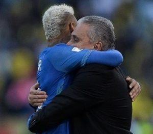 Neymar comemora seu gol, o primeiro sob comando de Tite.