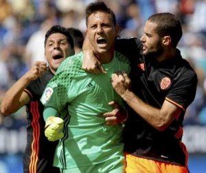 Diego Alves comemorando uma das muitas defesas de pênaltis.