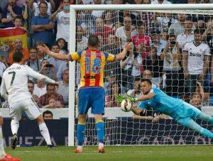 Diego Alves defendendo um pênalti de Cristiano Ronaldo.