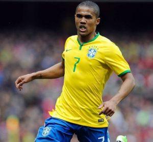 Douglas Costa jogando pela seleção brasileira.