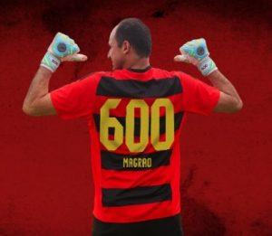 Goleiro Magrão com sua camisa comemorativa número 600.