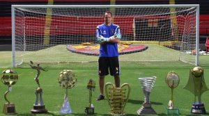 Goleiro Magrão e alguns de seus troféus conquistados com o Sport.