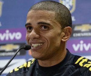 Taison em entrevista coletiva pela seleção brasileira.