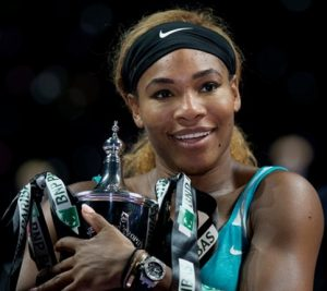 Serena Williams com a taça do WTA Finals em 2014.