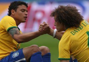 David Luiz e Thiago Silva, se ajudando para levantarem.