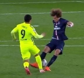 Lance em que David Luiz leva uma caneta do atacante Suárez.