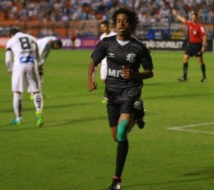 Keno comemora um de seus dois gols contra o Santos FC.