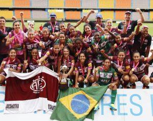 Elenco do Ferroviária-SP comemorando o título da Libertadores 2015.