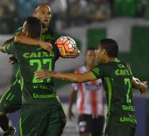 Elenco da Chapecoense comemorando um dos gols.