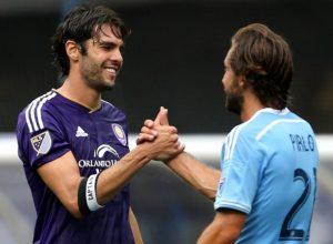 Kaká e Pirlo se cumprimentam após jogo pela MLS.