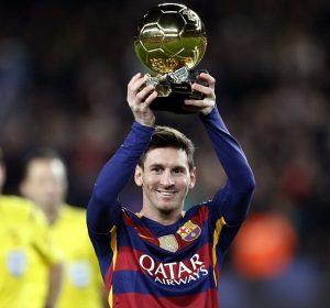 Lionel Messi com a Bola de Ouro.