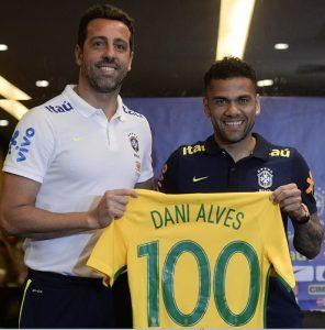 Edu Gaspar entregando camisa comemorativa a Daniel Alves.