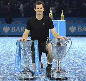 Andy Murray com as taças do ATP Finals e de número 1 do mundo.