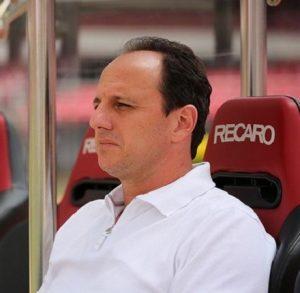Rogério Ceni foi ao Morumbi para assinar seu contrato de treinador.