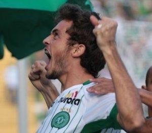 Hyoran comemorando gol pela Chapecoense.