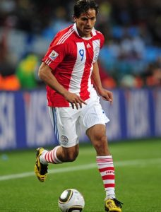 Roque Santa Cruz jogando pelo Paraguai na Copa do Mundo de 2010.