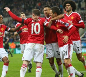 Elenco do Manchester United comemorando gol.