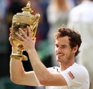 Andy Murray com a taça de Wimbledon em 2016.