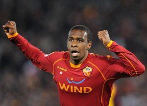 Juan comemorando gol pela Roma.