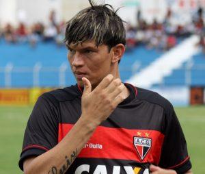 Atacante Junior Viçosa, artilheiro do time com 9 gols.