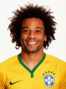 Marcelo com a camisa da seleção brasileira.