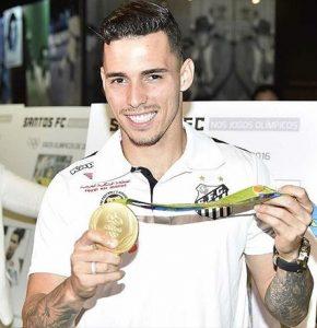 Zeca segurando a medalha de campeão olímpico do Rio 2016.