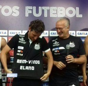 Elano recebeu uma camisa da direção técnica.