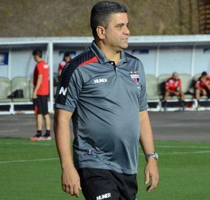 Treinador Marcelo Cabo como treinador do Atlético-GO.