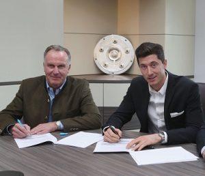 Rummenigge ao lado de Lewandowski na assinatura na renovação.