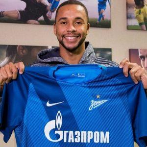 Volante Hernani com a camisa do Zenit, seu novo clube.