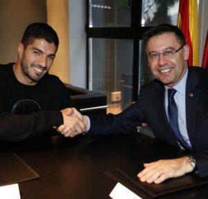 Suárez e Josep Bartomeu, presidente do Barcelona.