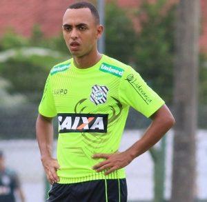 Meio-campista Dodô treinador com a camisa do Figueirense.