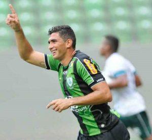 Danilo Barcelos comemorando gol pelo América Mineiro.