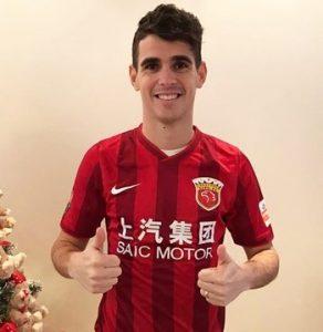 Meio-campista Oscar com a camisa do seu novo clube.
