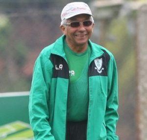 Técnico Givanildo Oliveira comandando o América Mineiro.