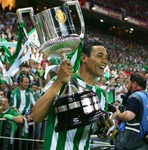 Ricardo Oliveira pelo Betis, com a taça da Copa do Rei 2004/05.