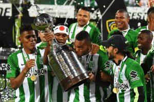 Atacante Borja com a taça de campeão da Libertadores 2016.