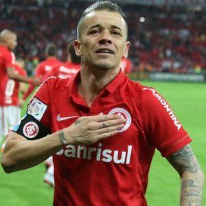 D'Ale comemorando gol pelo Internacional.