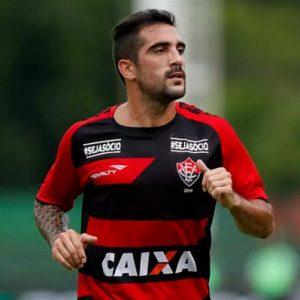 Escudero atuando pelo Vitória, clube em que é ídolo.