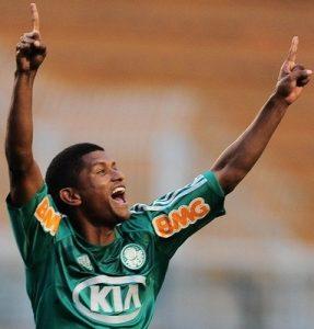 Volante jogando pelo Palmeiras.