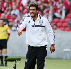Felipe Moreira comandando a Ponte Preta contra o Internacional.