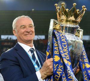 Técnico Claudio Ranieri com a taça da Premier League 2015/16.